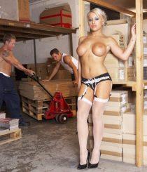 Gangbang a la jefa en el almacén(Natalie Heck)