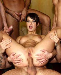Jeny Baby se folla a cuatro hombres